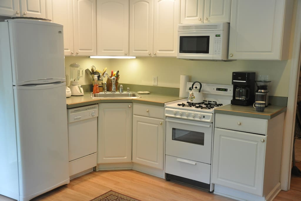 The kitchen has stove and oven, full fridge,microwave, dishwasher...