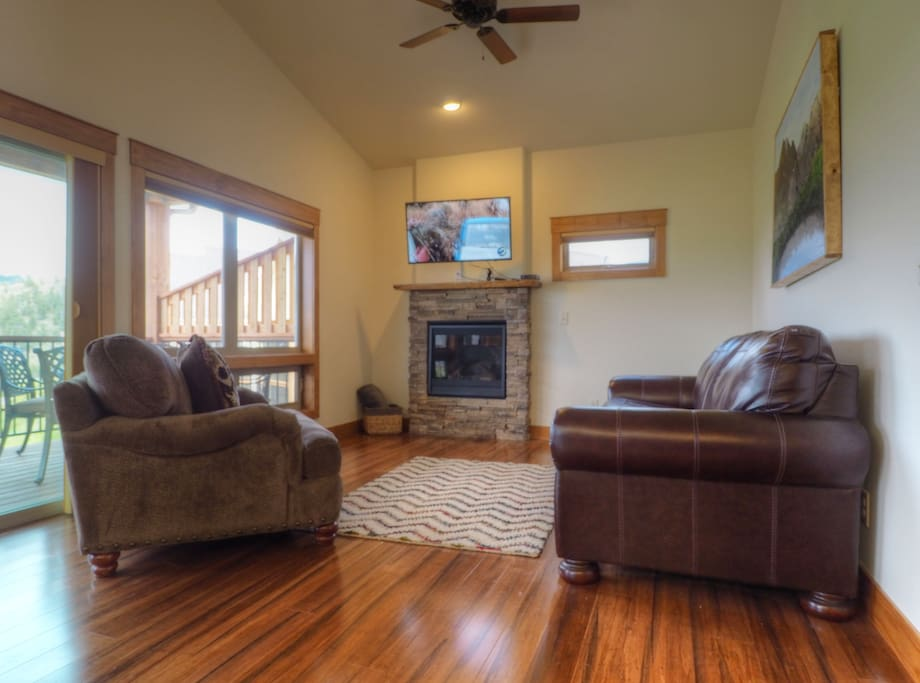 Coyote Ridge - Relaxing living area on upper level with gas fireplace and sleeper