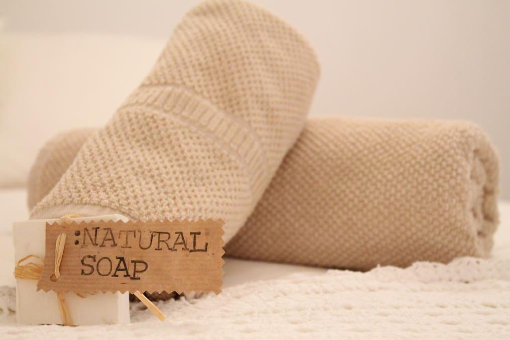 Todo lo necesario para sentirse como en casa, incluso jabón natural para una ducha reconfortante.