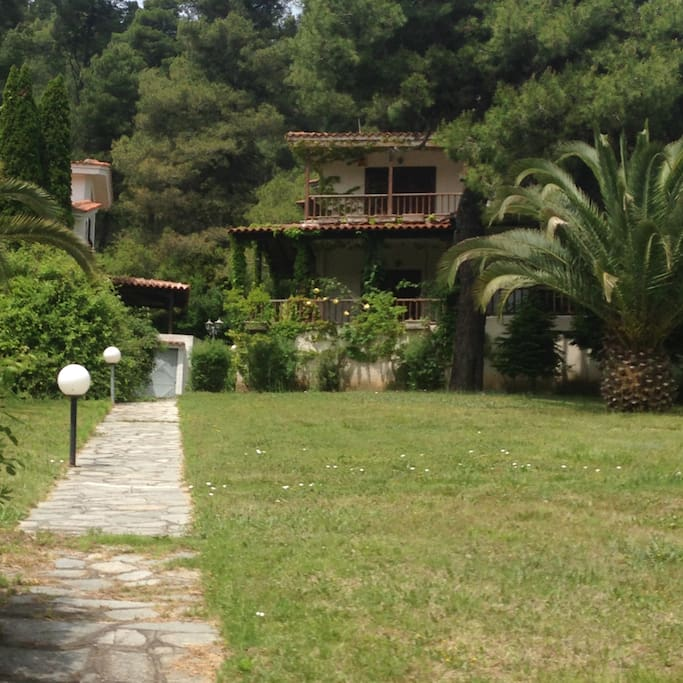 The front face of the villa, into the woods, just a few min walk to the sea, spacious surroundings, fully equipped to welcome up to 8 people. The villa offers a fully equipped kitchen, 4 bedrooms, 2 bathrooms and 3 veranda balconies.