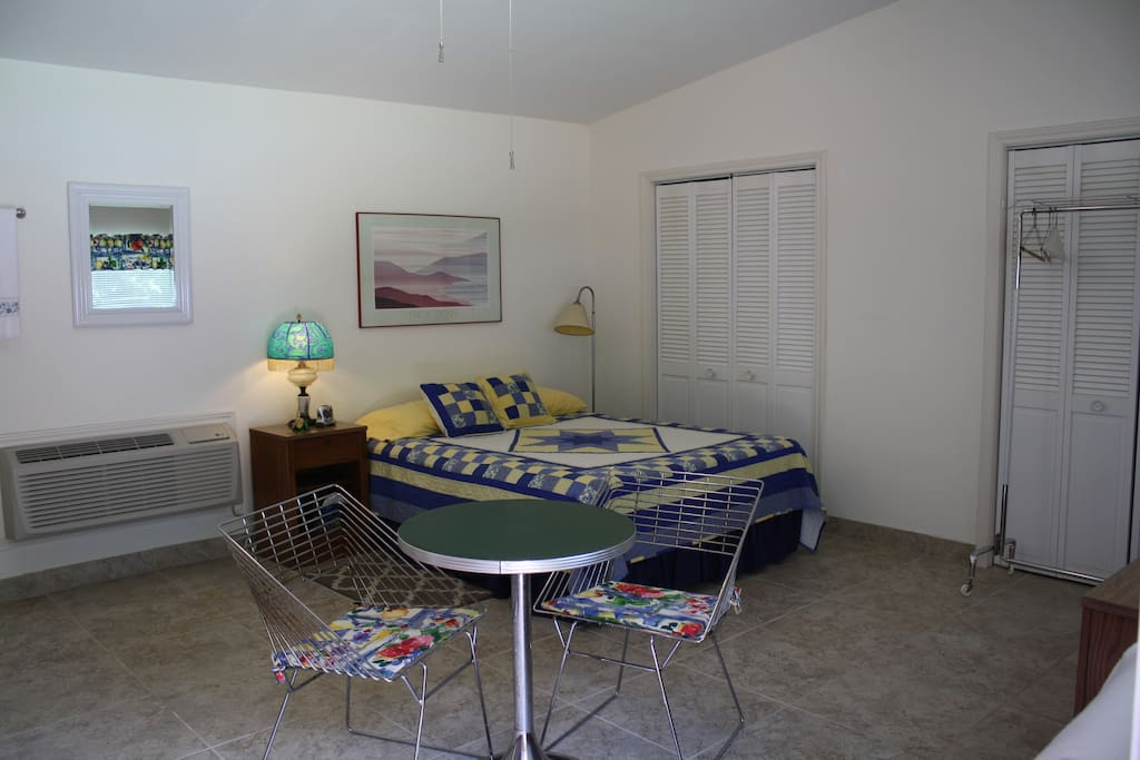 Comfy Queen Sized Bed and Table/Chairs