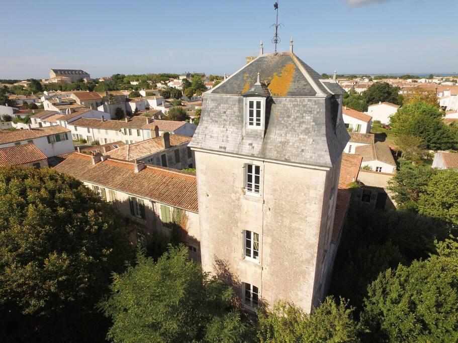 La Tour des Cadets dans toute sa hauteur