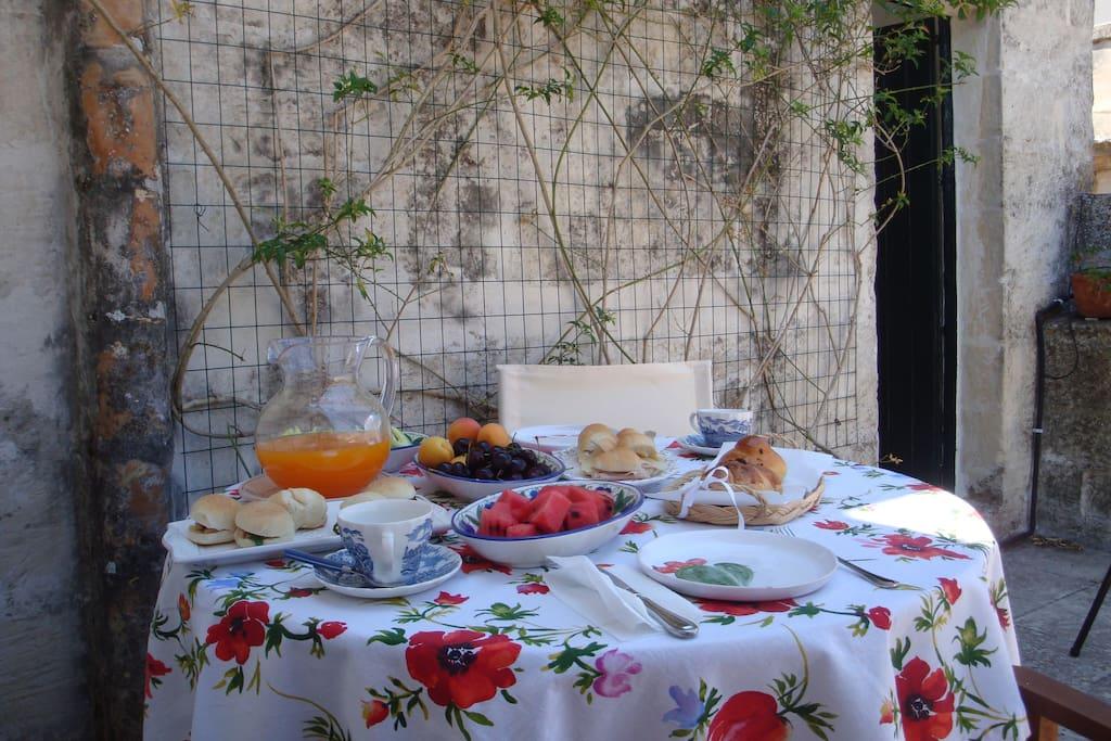 Frutta fresca, succo di frutta, dolce e salato.