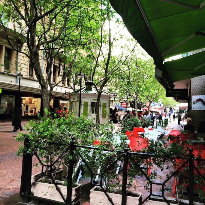 Cafe's, restaurants, shops