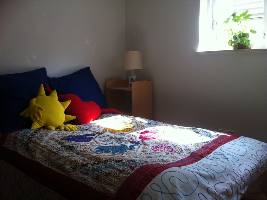 Nice bedroom with a double bed, a madras for children and a couch