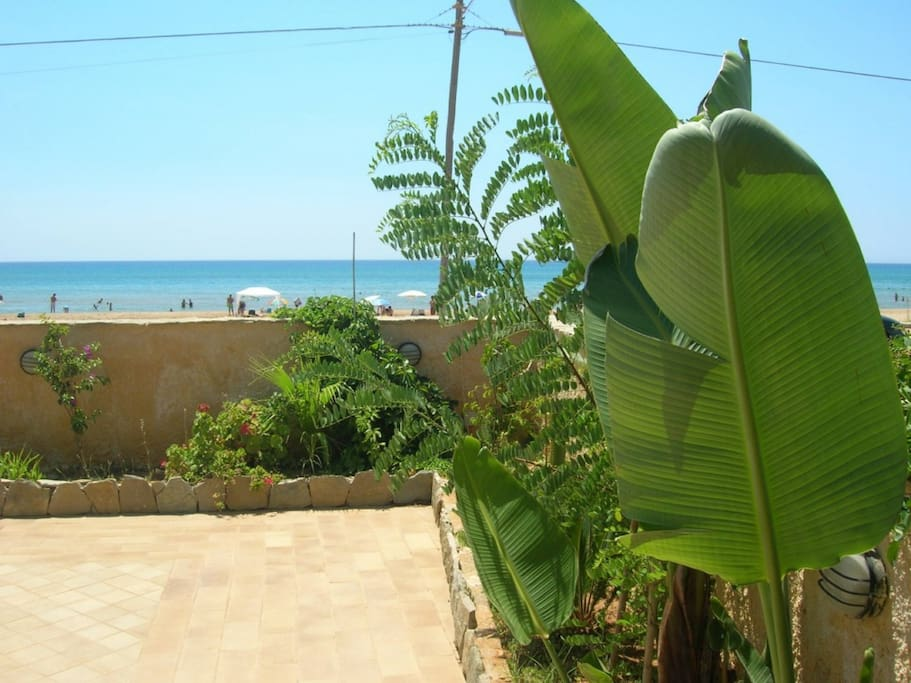giardino sul mare mediterraneo