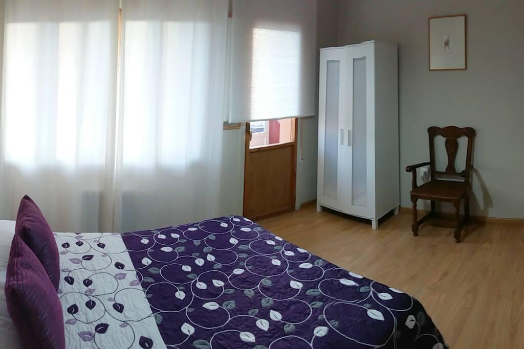 Habitación con cama de matrimonio y baño compartido