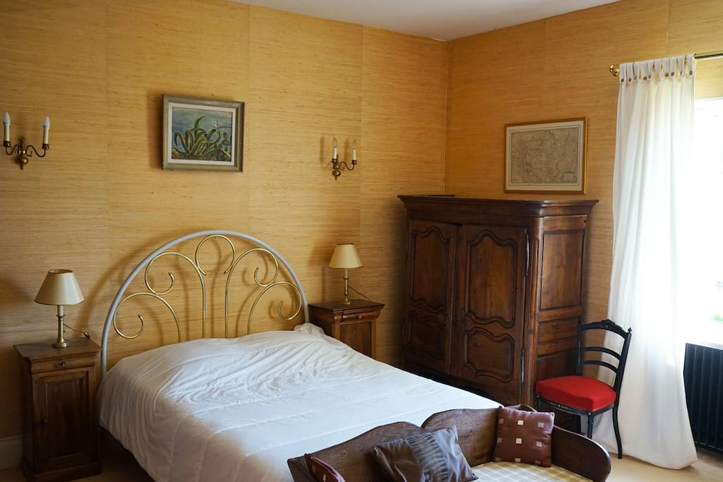 Chambre jaune, lit  2 places 1,60 de large