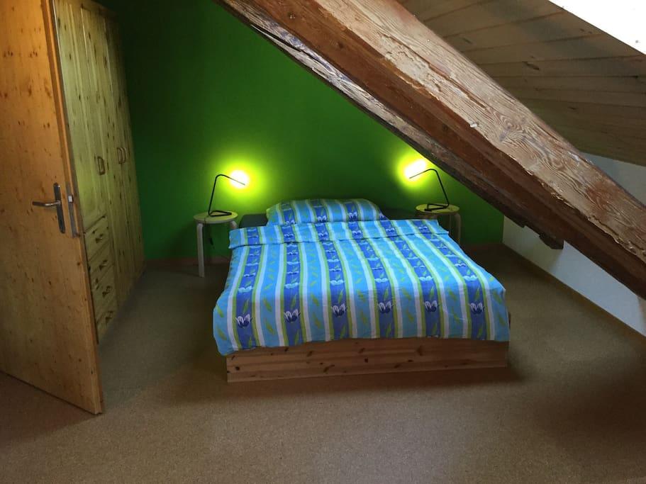 Bett 1.40 m breit