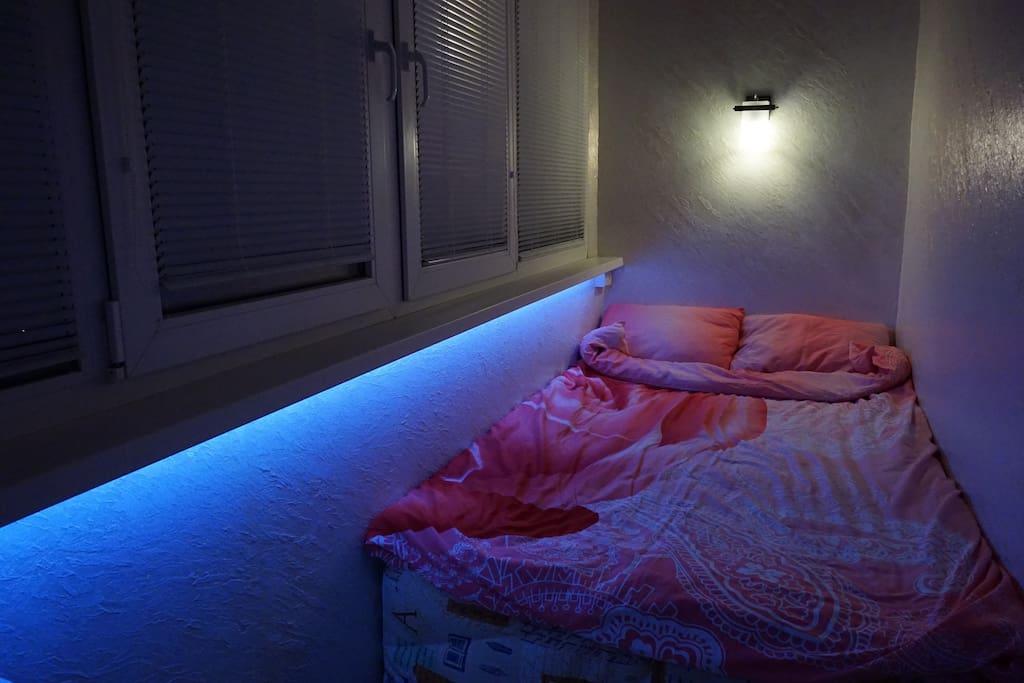 Балкон-спальня. Отопление, телевизор с кабельным телевидением, теплый пол, декоративное и индивидуальное освещение.