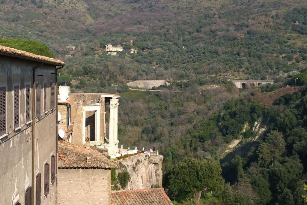 Vista dalla finestra dei templi di Vesta e Sibilla