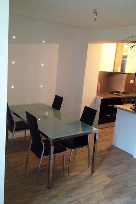 SALLE A MANGER donnant sur la cuisine et le couloir /  Dining room overlooking kitchen and corridor