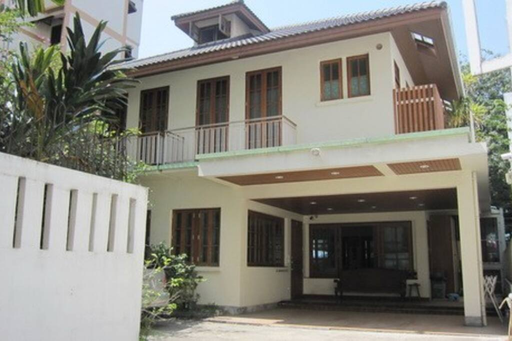 Contemporary Thai House - 5 Bedrooms 5 Bathrooms Air conditioning, wifi 300 m. to Sky Train