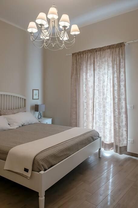 camera matrimoniale con bagno privato en-suite master bedroom