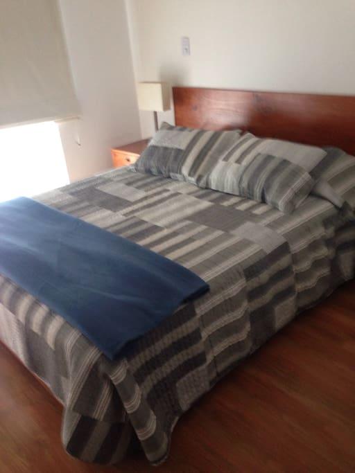 Cama queen dormitorio principal