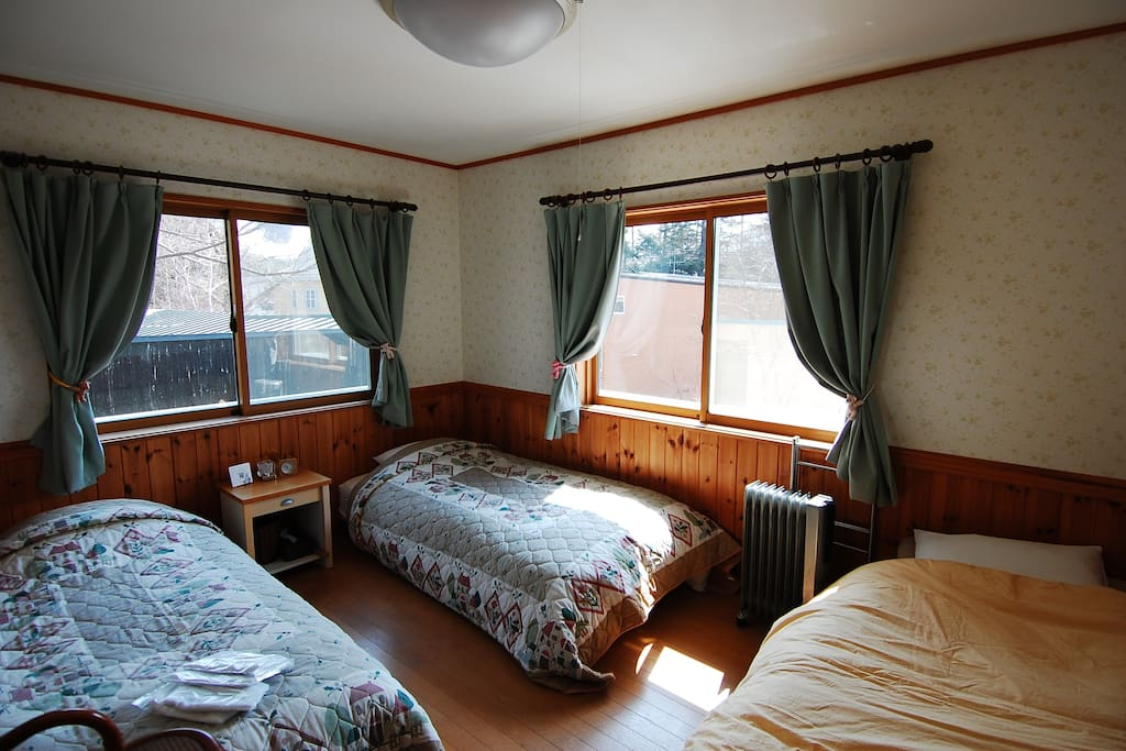 This is a room for 3 people which is suitable for a small  group. There are rooms for 1,2,3,4  guests as well. If you come with a group more than 4 people please ask us. こちらは3人部屋です。1,2,3,4名用のお部屋もございます。5名以上のご予約もお気軽にご相談ください。