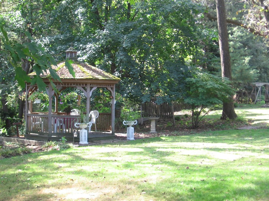 There are over 2 acres of private, park like grounds behind the Carriage House. Tall shade trees and gardens abound.
