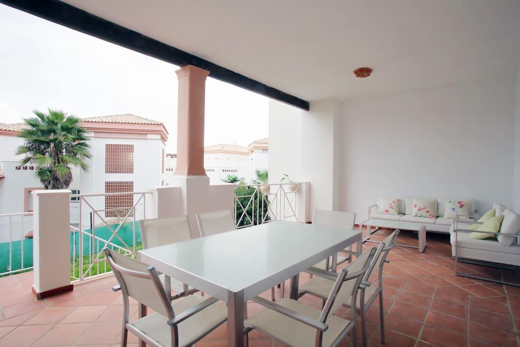 Amplia terraza de unos 30 metros con acceso a jardín privado de 45 metros.